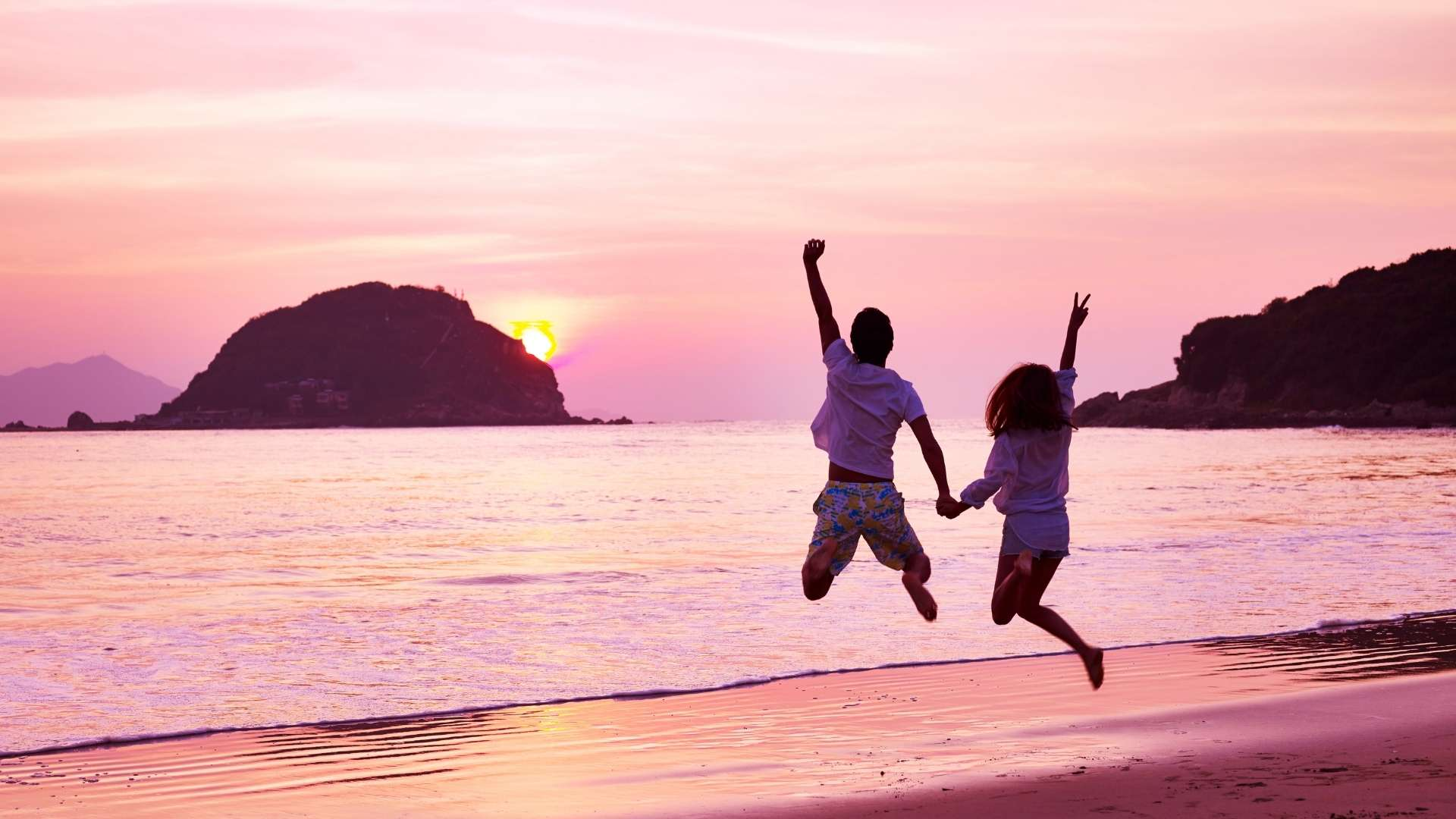 Couple_Sunset_Jumping_Freedom_1920x1080.jpg